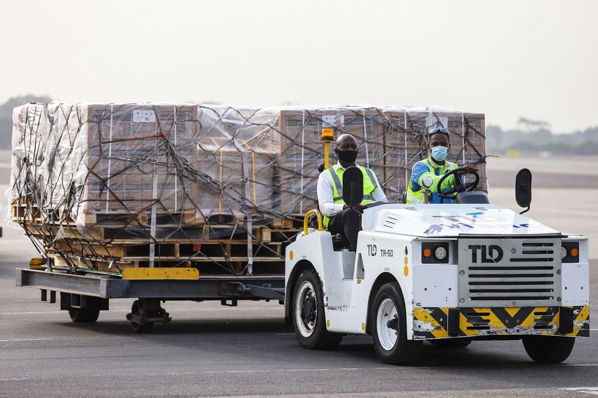 Covax-rokotteita sisältävää kuormaa puretaan Kotokan lentoasemalla Accrassa.