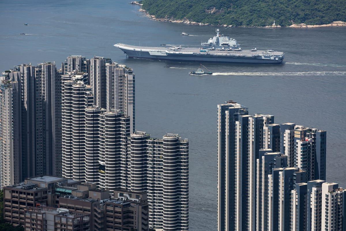 Kiinalainen lentotukialus Lianoning kuvattuna Hongkongissa heinäkuussa 2017.