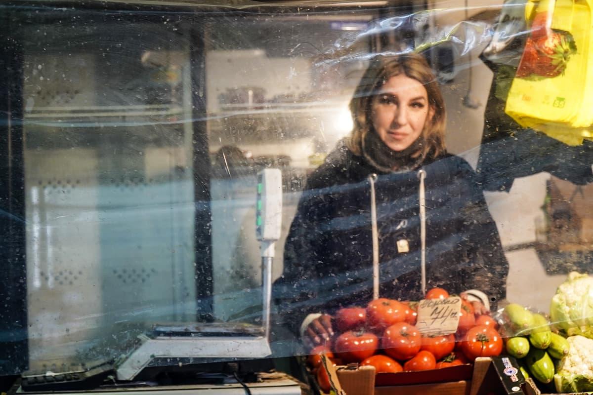 Sveta elättää perheensä vihannesmyyjänä Avdijivkan torilla. Kauppa käy tosin hitaasti, koska vanhuksilla ei ole juuri varaa vihanneksiin.