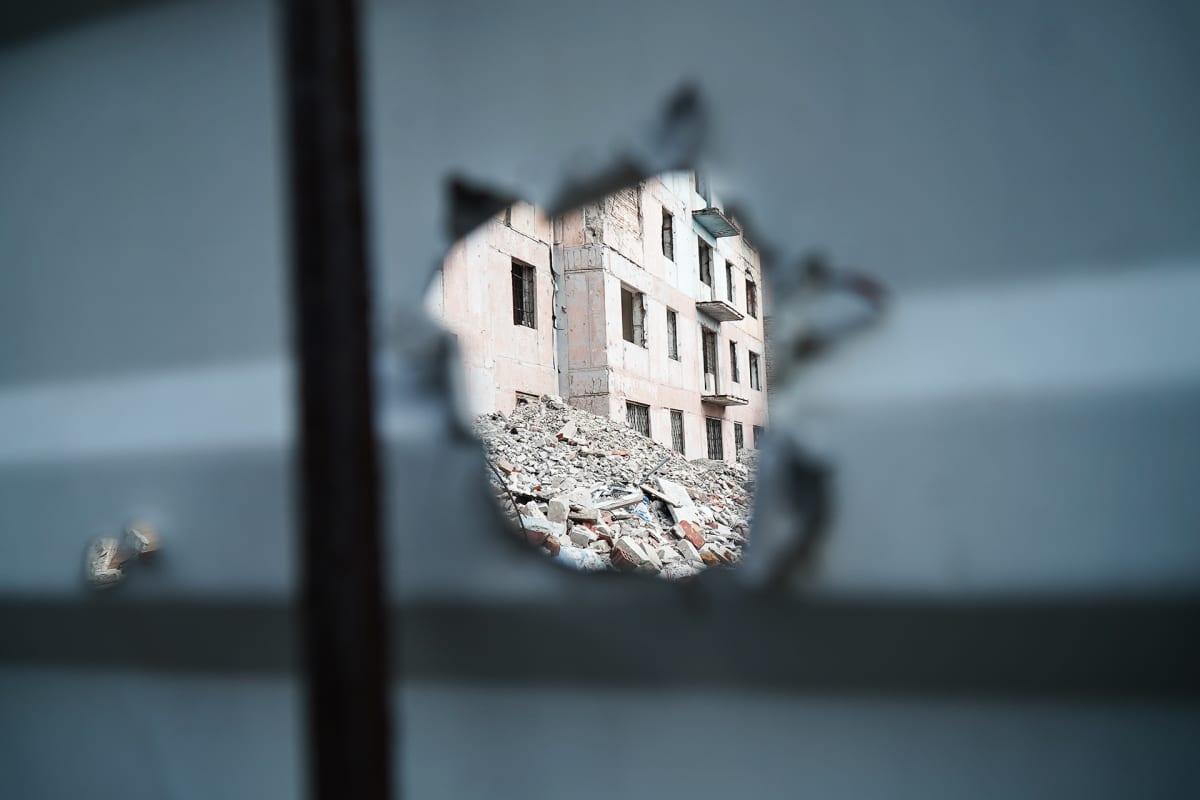 Itä-Ukrainan Avdijivkassa sirpaleiden jättämiä jälkiä on monissa rakennuksissa.