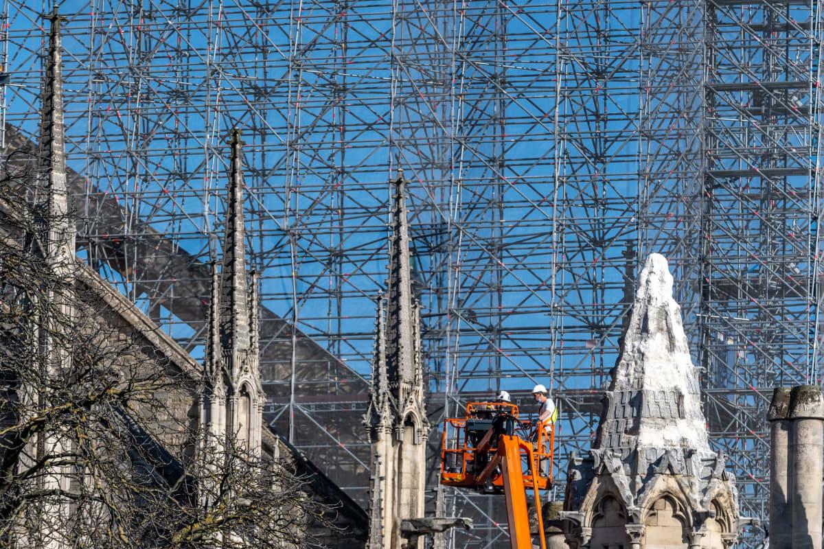 Rakennustyöläisiä töissä Notre-Damen katedraalilla.