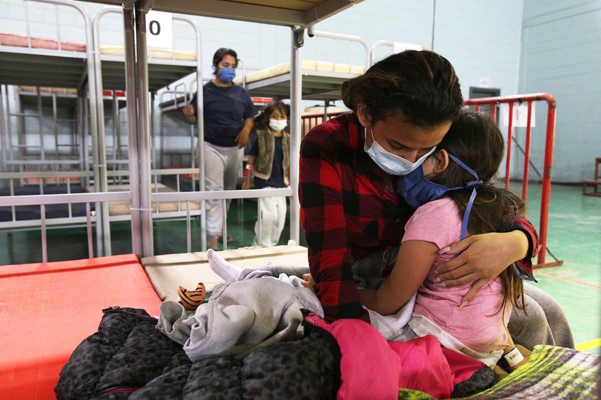 Guatemalalaisäiti viisivuotiaan lapsensa kanssa siirtolaiskeskuksessa Ciudad Juarezissa Chihuahuassa Meksikossa.