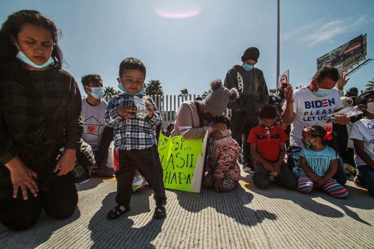Siirtolaisperheitä El Chaparralin rajanylityspaikalla Tijuanassa Meksikossa.