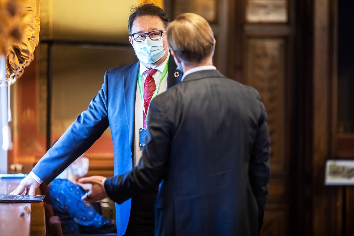 Säätytalon neuvottelussa THL:n terveysturvallisuusosaston johtaja Mika Salminen puhui liikkumisrajoitusten puolesta.