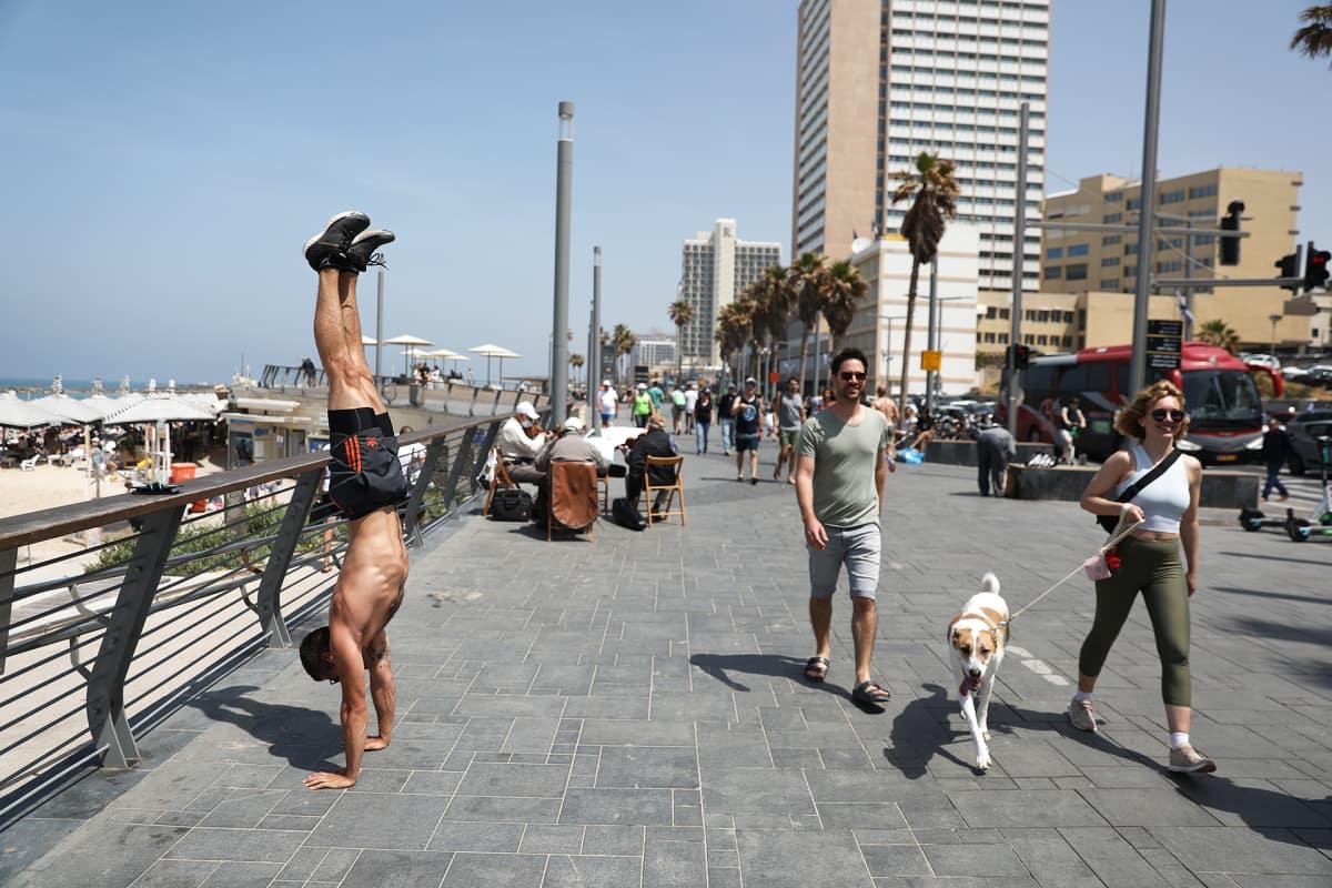 Ihmisiä rantakadulla tel Avivissa.