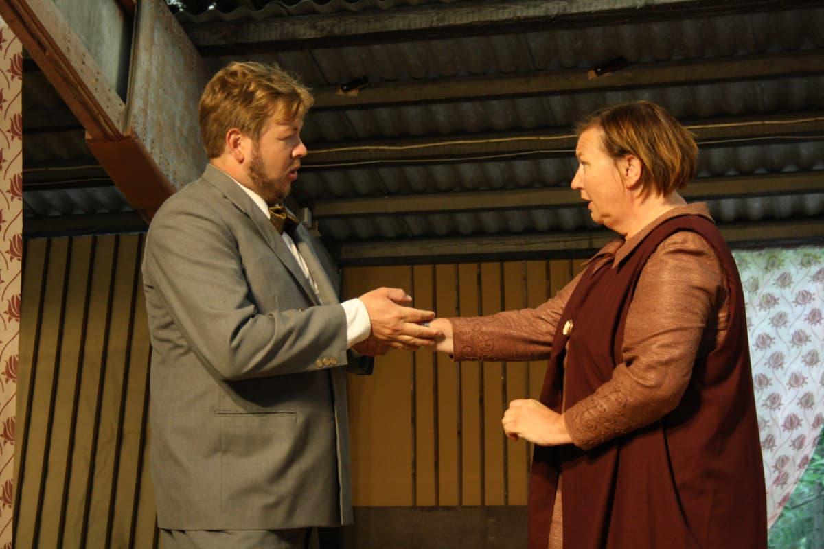 Garbiel tule takaisin! -oopperan pääosia esittää Juha Hostikka sekä Päivi Nisula.