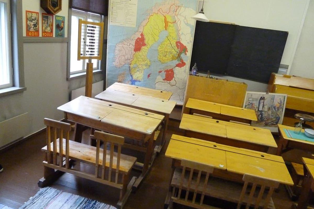 Haapaveden koulumuseoon on tehty 50-luvun luokkahuone, jossa on paripulpetit, liitutaulu ja paljon muuta opetusvälineistöä.