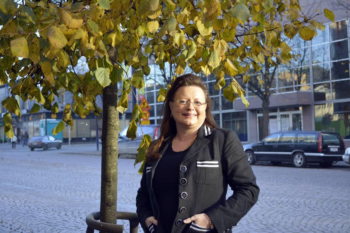 Anne Louhelainen syksyisen Lahden keskustassa.