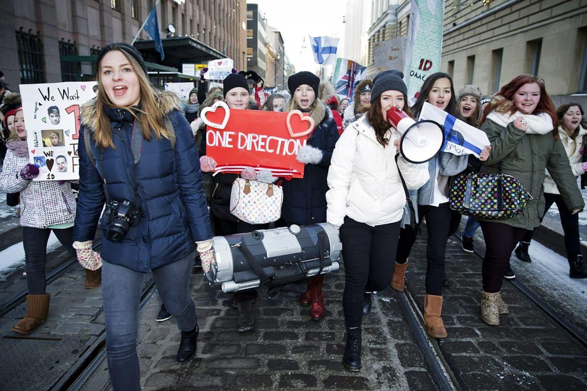 One Direction -faneja marssimaassa Aleksanterinkadulla.