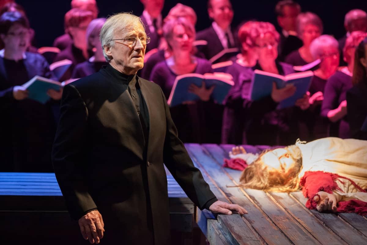 Johannes-passion, Ristin tien kaksi Jeesusta, Esa Ruuttunen (vas.) ja Jukka Puronlahti. Kuva vuoden 2013 esityksestä.