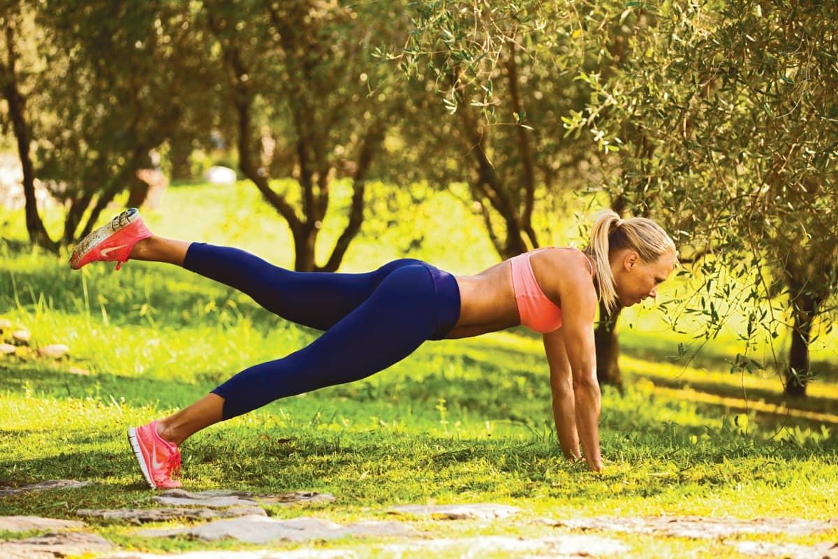 Kolminkertainen fitnessin maailmanmestari Else Lautala aktivoi keskivartalonsa punnerrusasennossa.