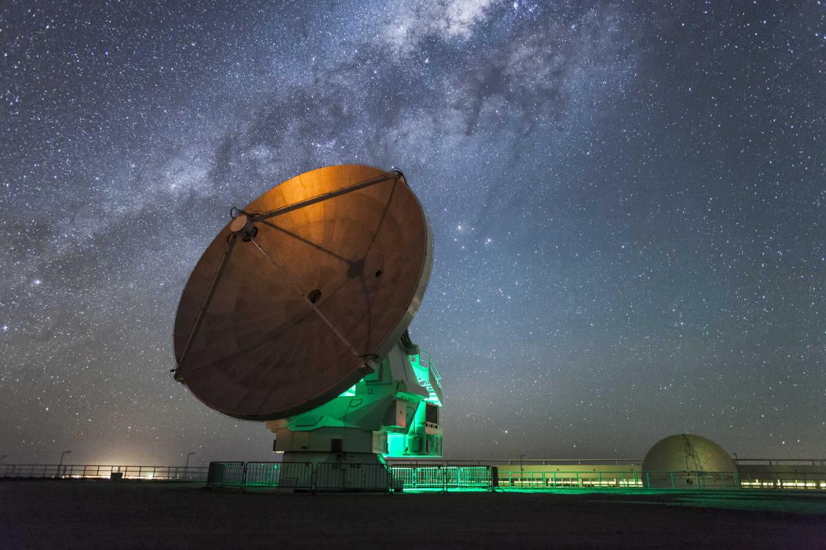ALMA antenni yöllä