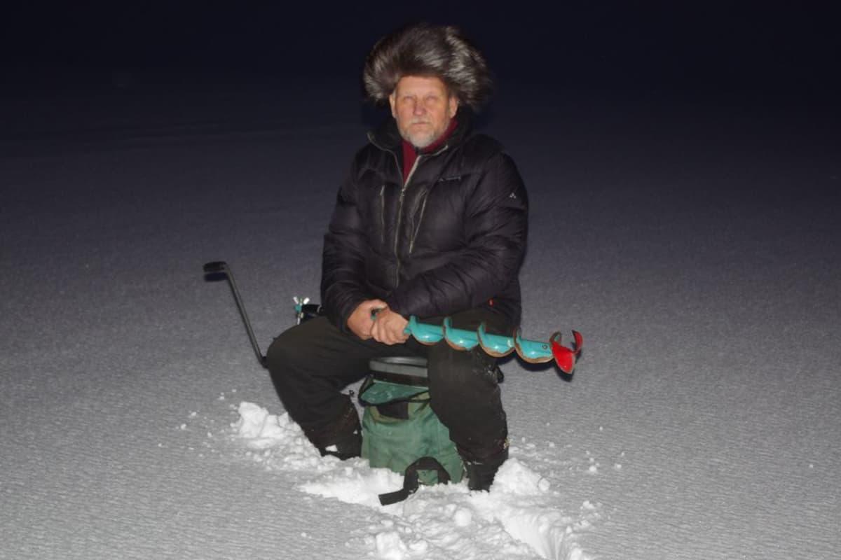 Pilkkimies Tuomo Savola Lappajärven jäällä.
