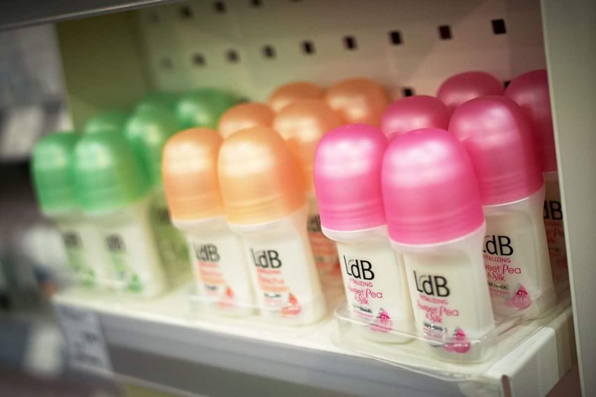 Deodorantteja kaupan hyllyssä.
