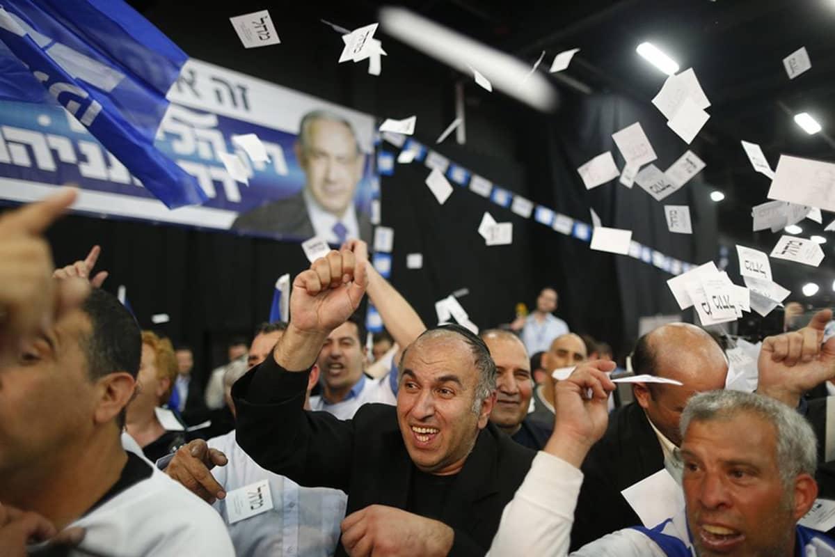 Benjamin Netanjahun kannattajat juhlivat kuultuaan ääntenlaskennan tuloksia tiistai-iltana Tel Avivissa.
