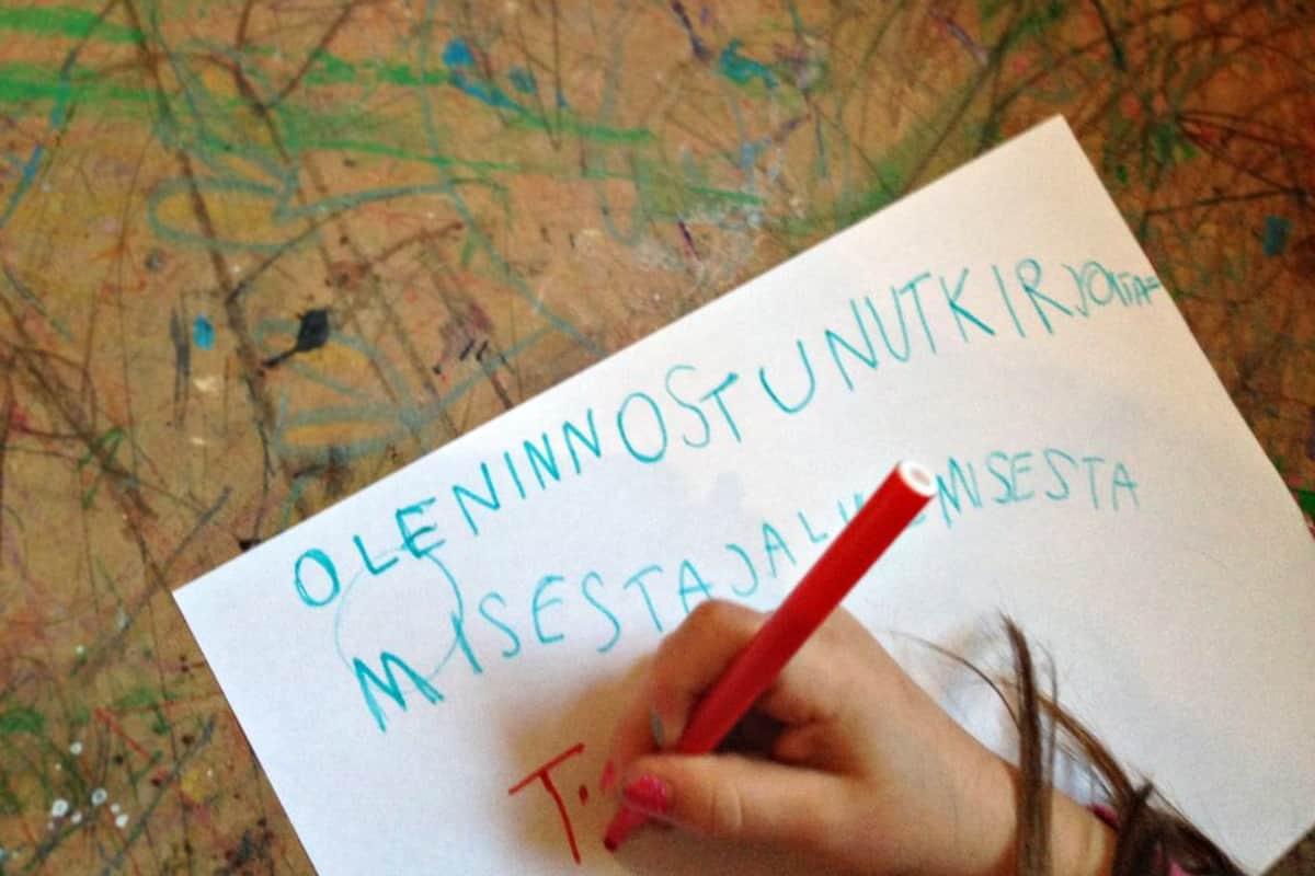 Suuri osa lapsista oppii lukemaan ja kirjoittamaan ennen koulun aloittamista.