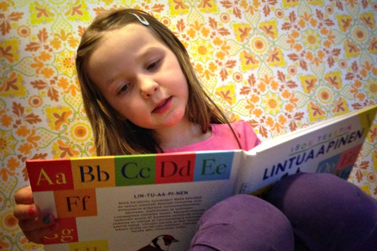 Lapset oppivat lukemaan yhä useamminen ennen kouluikää.