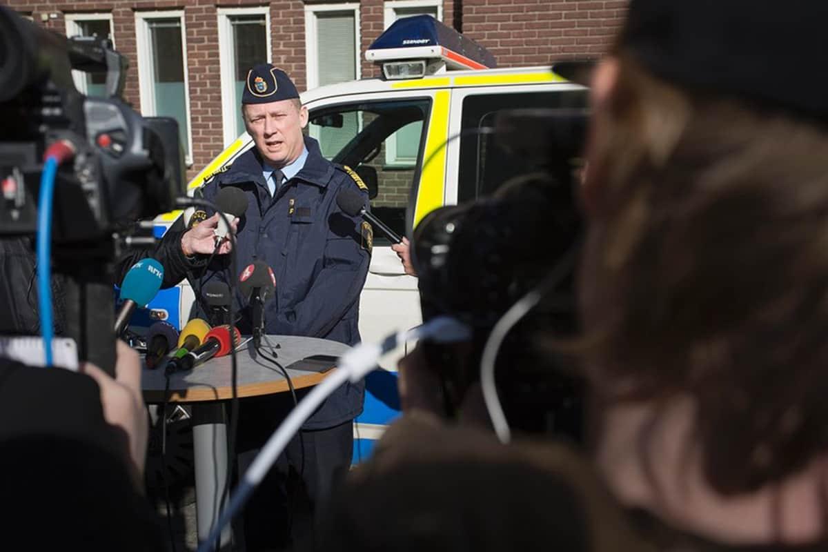 Poliisipäällikkö Klas Friberg pitää lehdistötilaisuutta Göteburgissa 19. maaliskuuta 2015.
