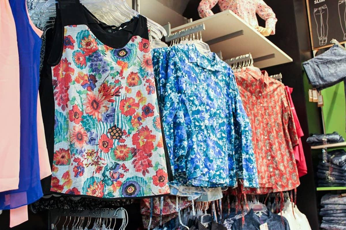 Kaupoissa on runsaasti tarjolla kukkakuvioilla varustettuja vaatteita sekä naisille että miehille.