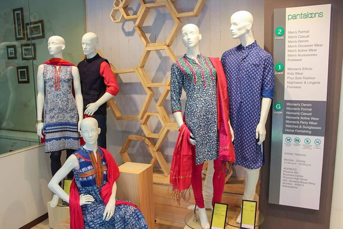 Mumbailaiset nuoret suosivat moderneja versioita perinteisistä vaatteista.