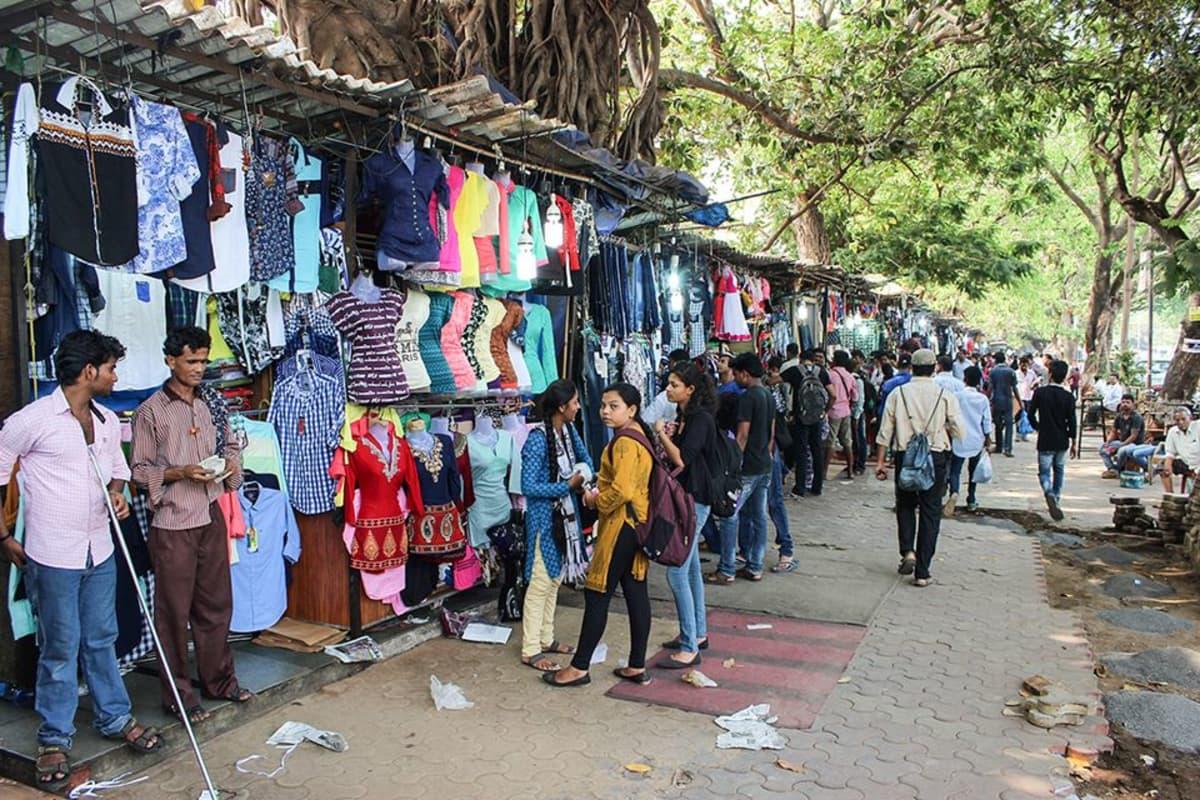 Etelä-Mumbaissa sijaitsevan Fashion Streetin yli 300 katukojussa myydään edullisia vaatteita ja asusteita. Kauppoja hieroessa hinnasta on syytä tinkiä.