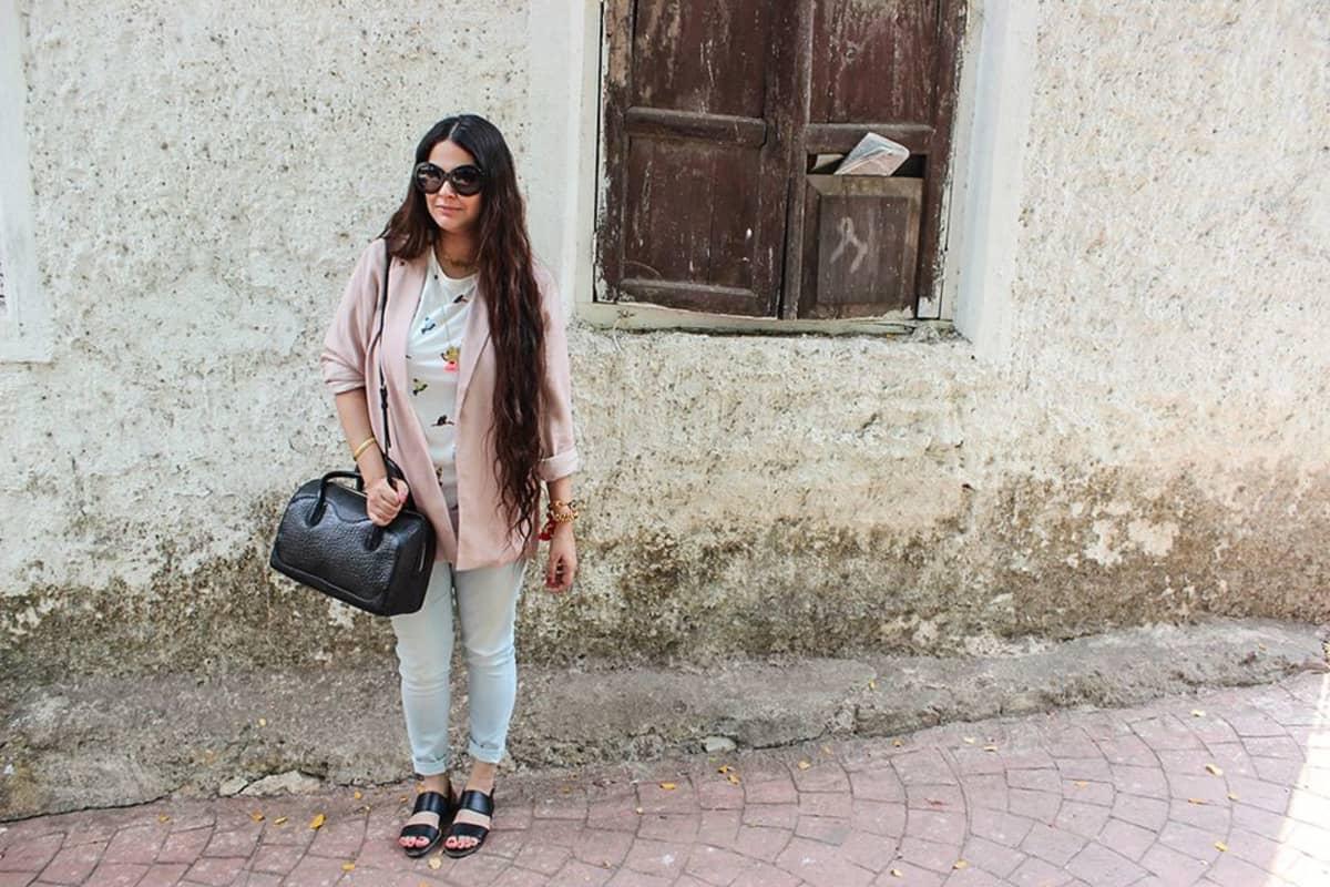 Muotibloggaaja ja stylisti Jasleen Kaur Gupta yhdistelee pukeutumisessaan länsimaisia ja intialaisia elementtejä.