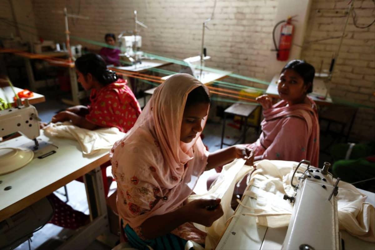 Rana Plazan romahduksesta selvinneitä ompelijoita heidän kuntouttamisekseen perustetussa uudessa tehtaassa Dhakan liepeillä.
