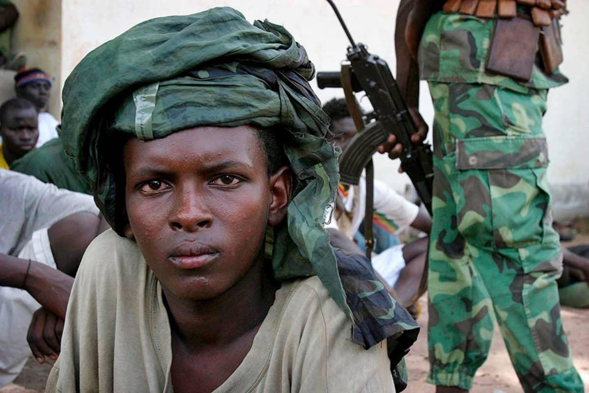 Teini-ikäinen koulutettava sotilasleirillä.