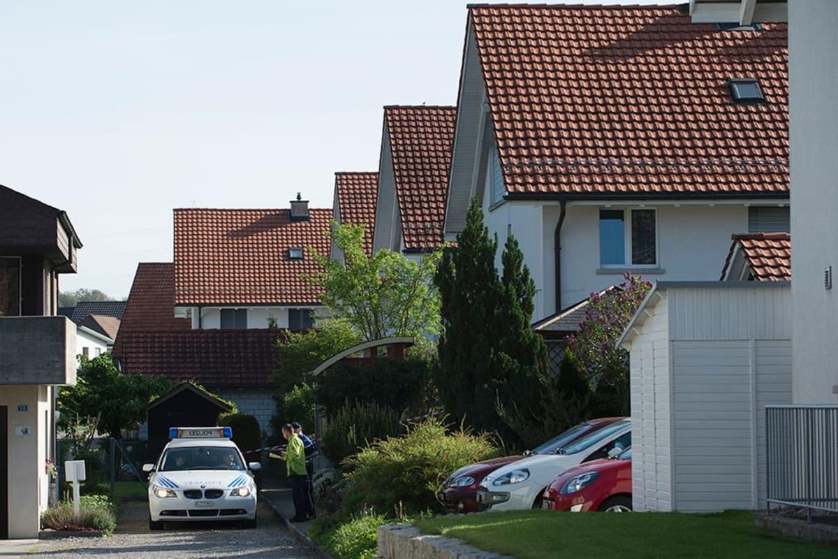 Poliisi tutkimassa rikospaikkaa Würenlingenin kaupungissa Sveitsissä sunnuntaina.