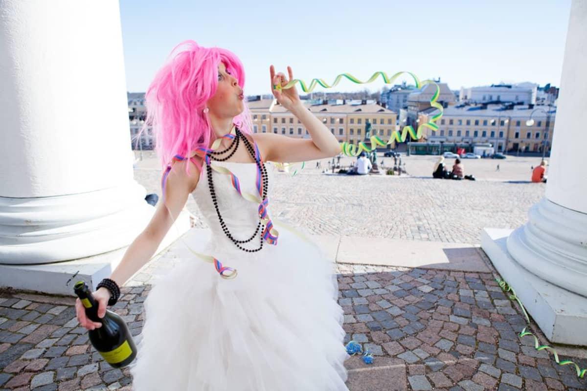 Pinkkihiuksinen Raggarimorsian juhli viime kesänä Senaatintorilla.