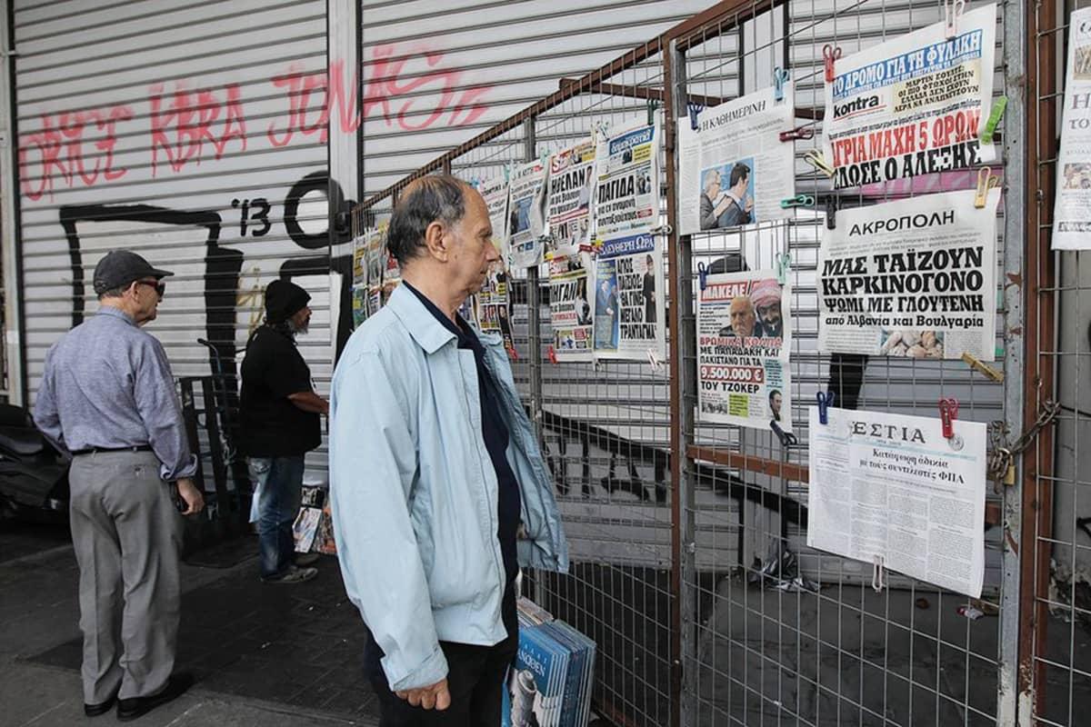Kreikkalaiset lukevat päivän otsikoita sanomalehdistä.