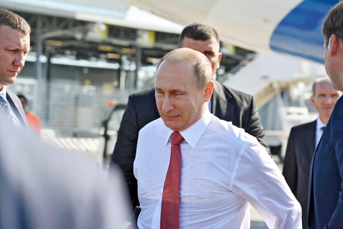 Vladimir Putin turvamiestensä ympäröimänä.