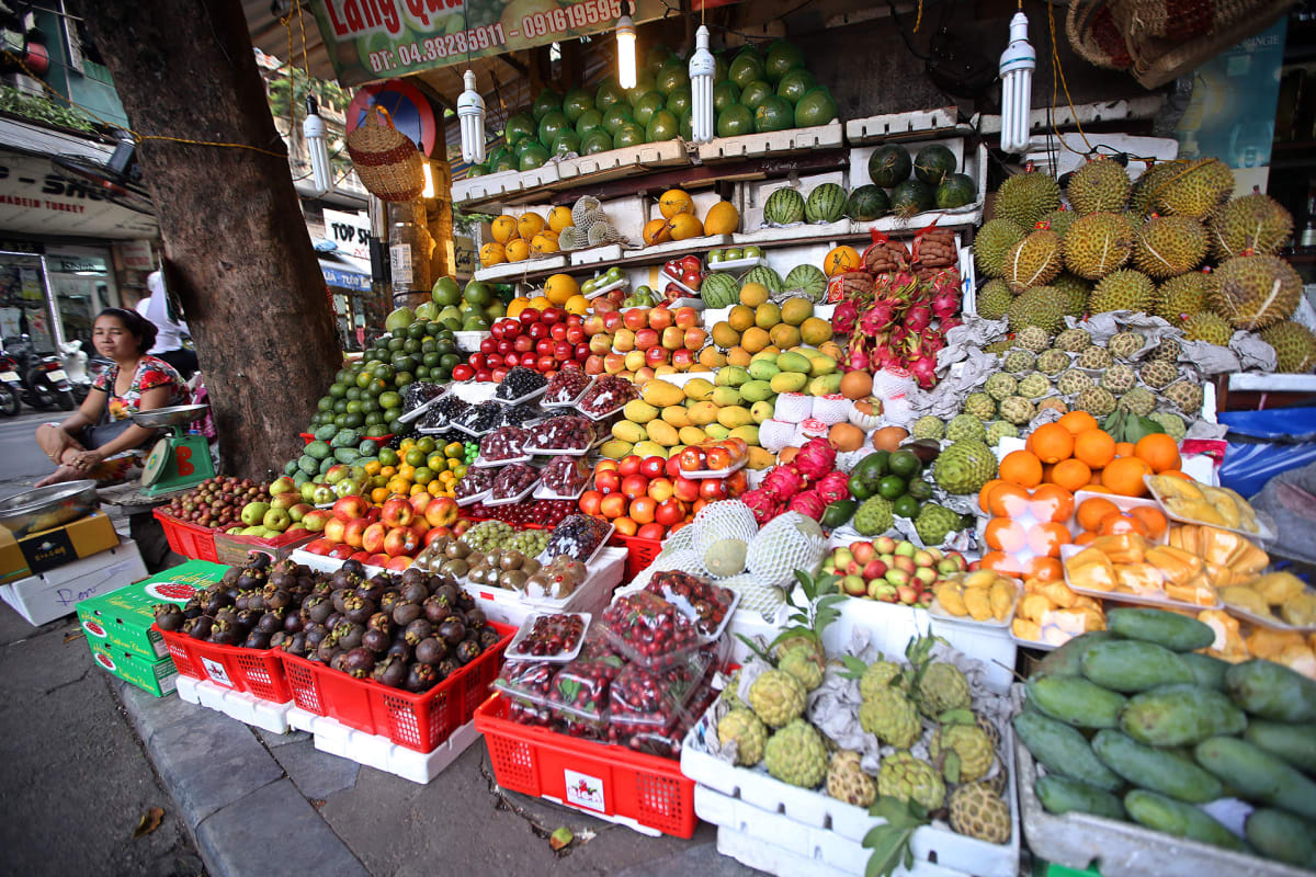 Hanoilainen hedelmäkauppias.