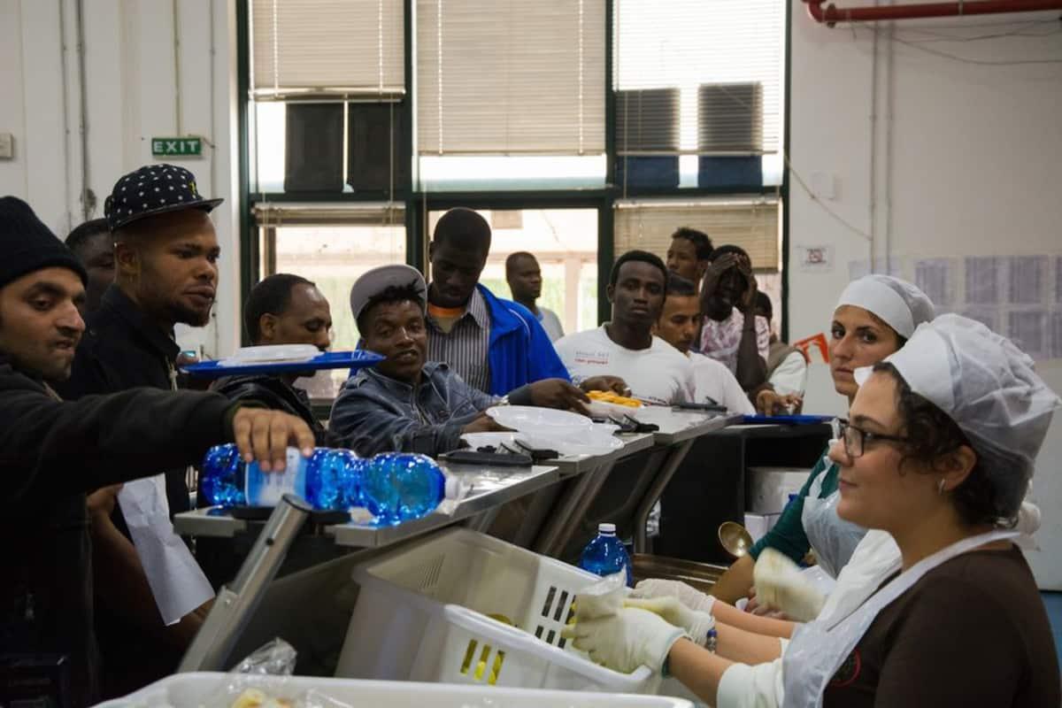 Turvapaikanhakijoita Mineon pakolaiskeskuksessa Sisiliassa.