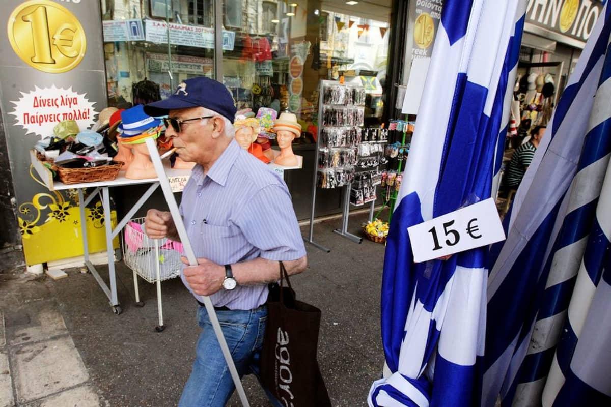 Kreikan-lippuja ja muuta tavaraa myynnissä Ateenassa euron-kaupassa toukokuussa 2015.