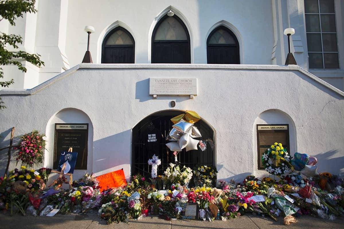 Kirkon edustalla kukkia.