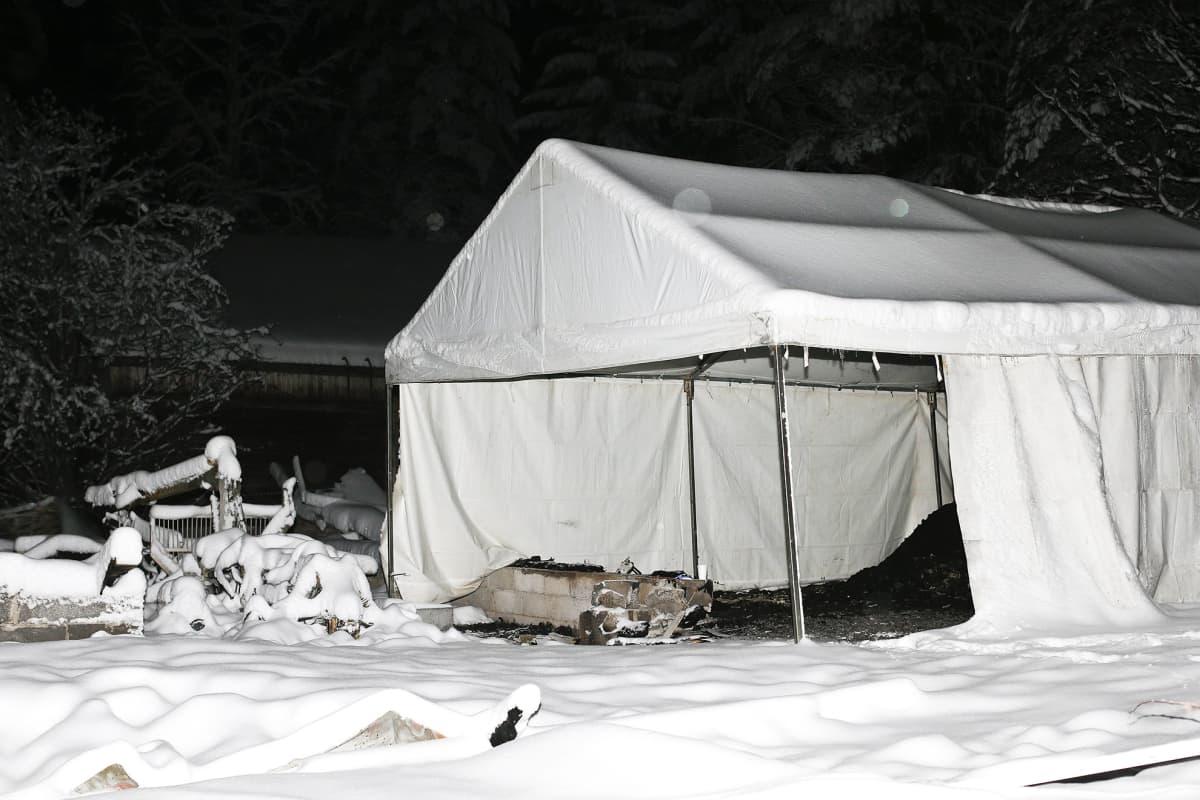 Palanut lato, josta tytön ruumis löydettiin. Kuva on otettu 2. helmikuuta.