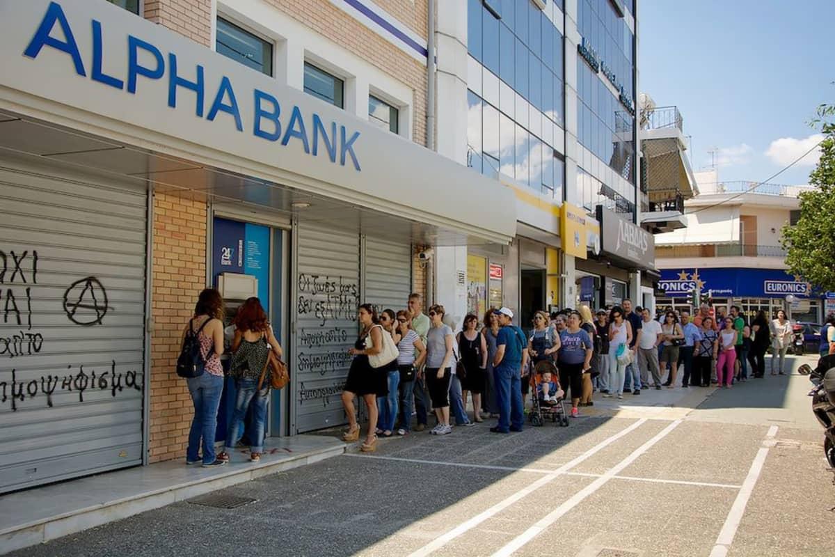 Pankkiautomaateille on muodostunut pitkiä jonoja.