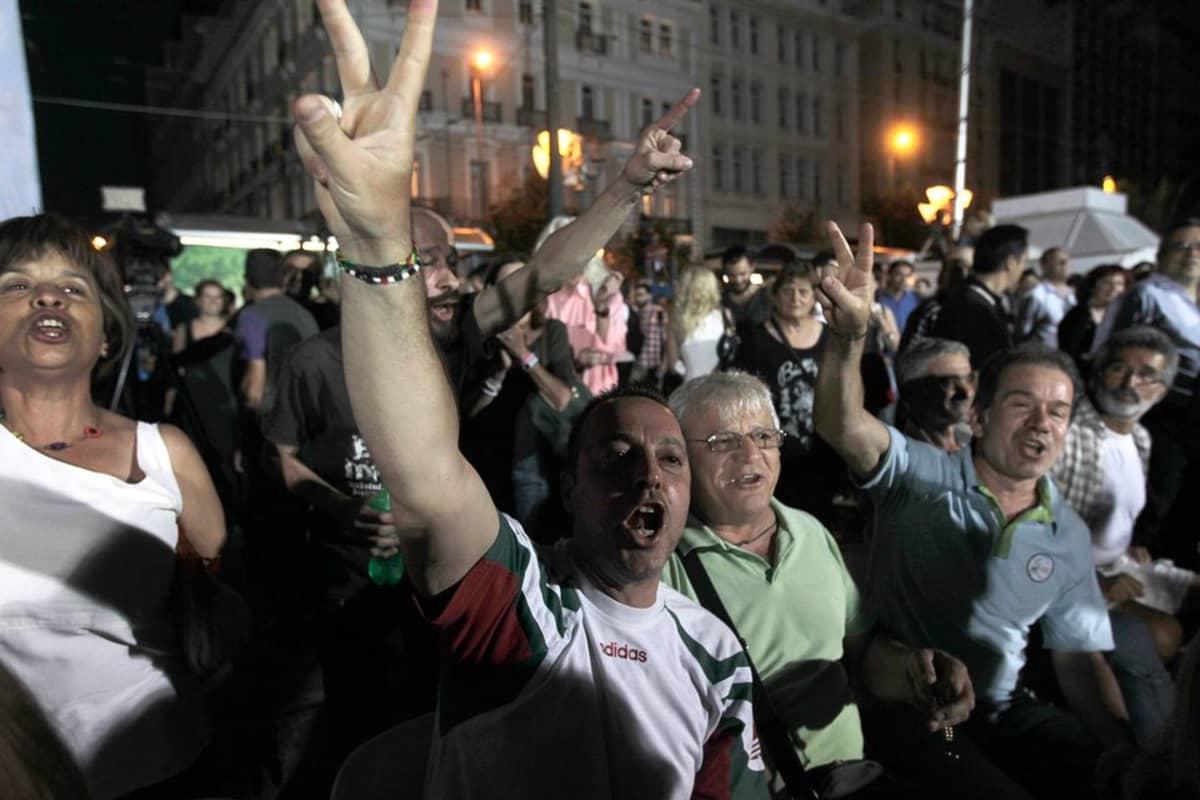 Juhlintaa Ateenan kaduilla.