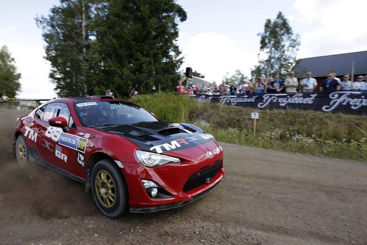 Tommi Mäkinen turistikusikina Kakaristossa oman pajan rakentamalla Toyotalla.