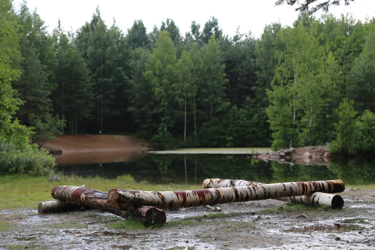 Alueella ei ole virallista puistoa, vaan asukkaat ovat itse rakentaneet nuotiopaikkoja.