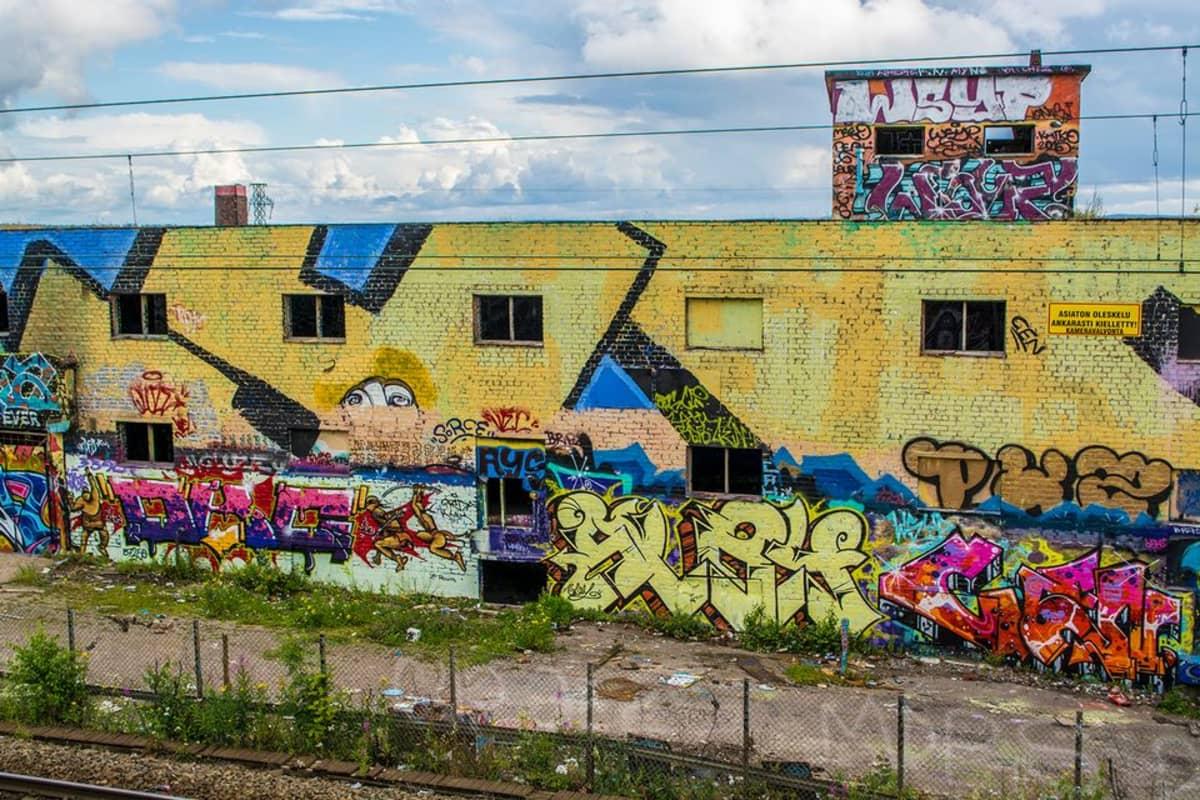 graffiteja täynnä oleva seinä