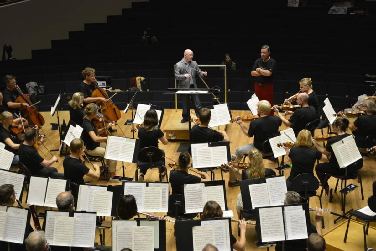 Ville Salander johtaa Sinfonia Lahden harjoituksia Sibeliustalossa