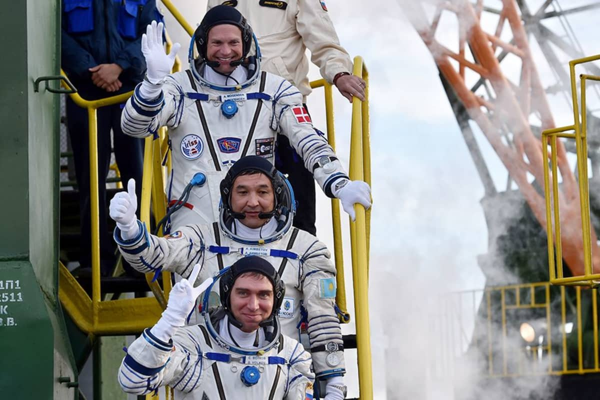 Miehistön jäsenet ylhäältä alas, tanskalainen Andreas Mogensen, kazakstanilainen Aydyn Aimbetov ja venäläinen Sergei Volkov.