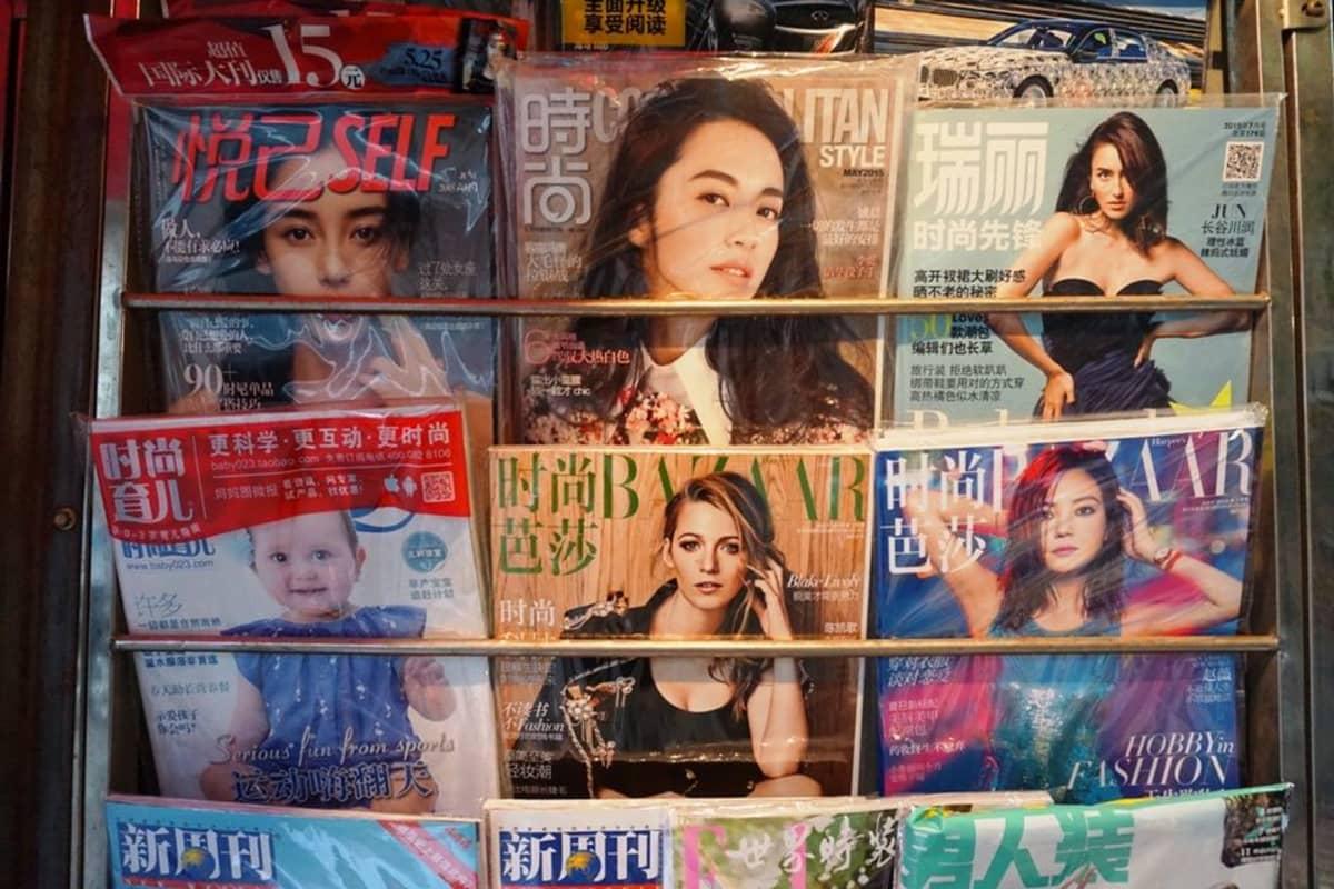 Kiinalaisia naistenlehtiä telineessä.