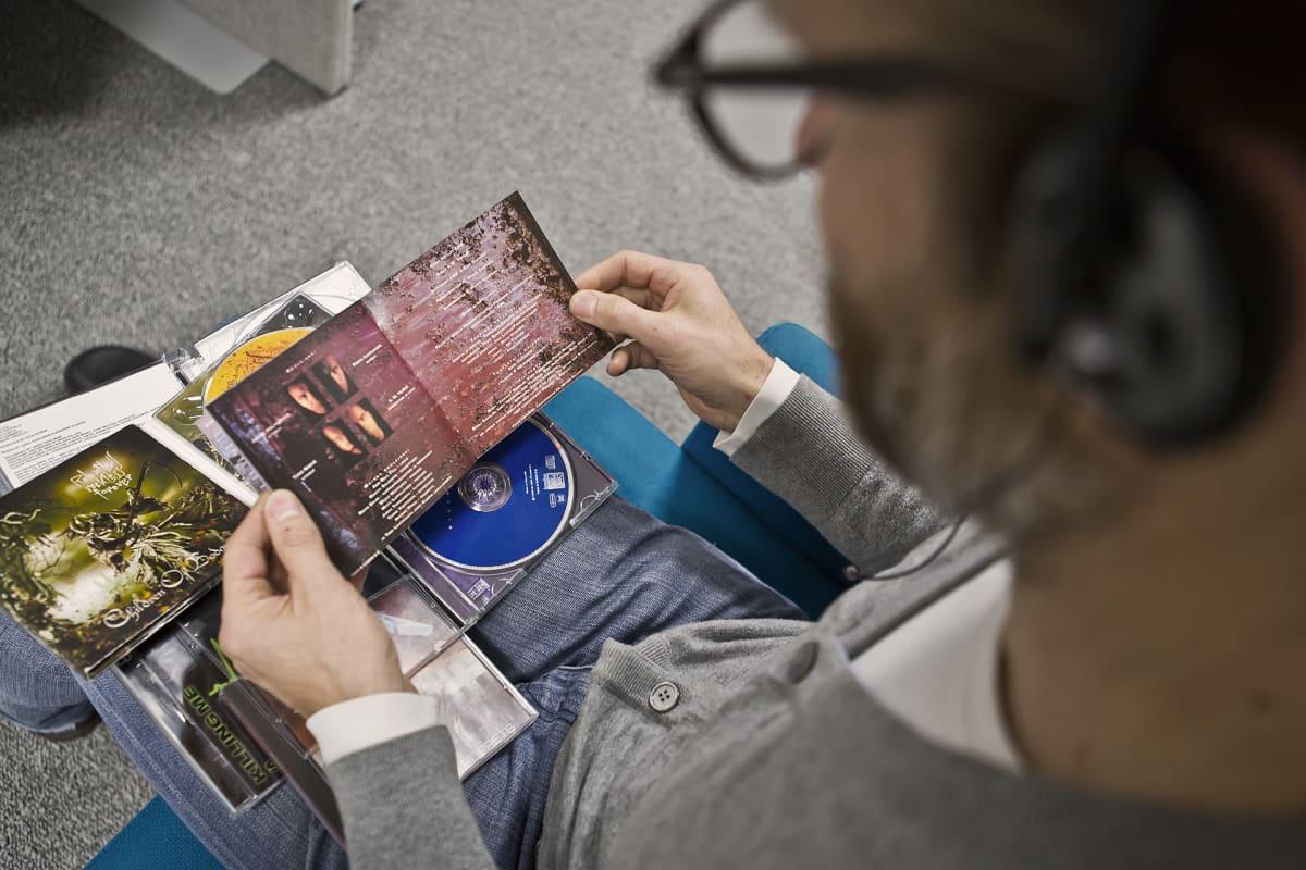 Mies kuuntelee musiikkia.