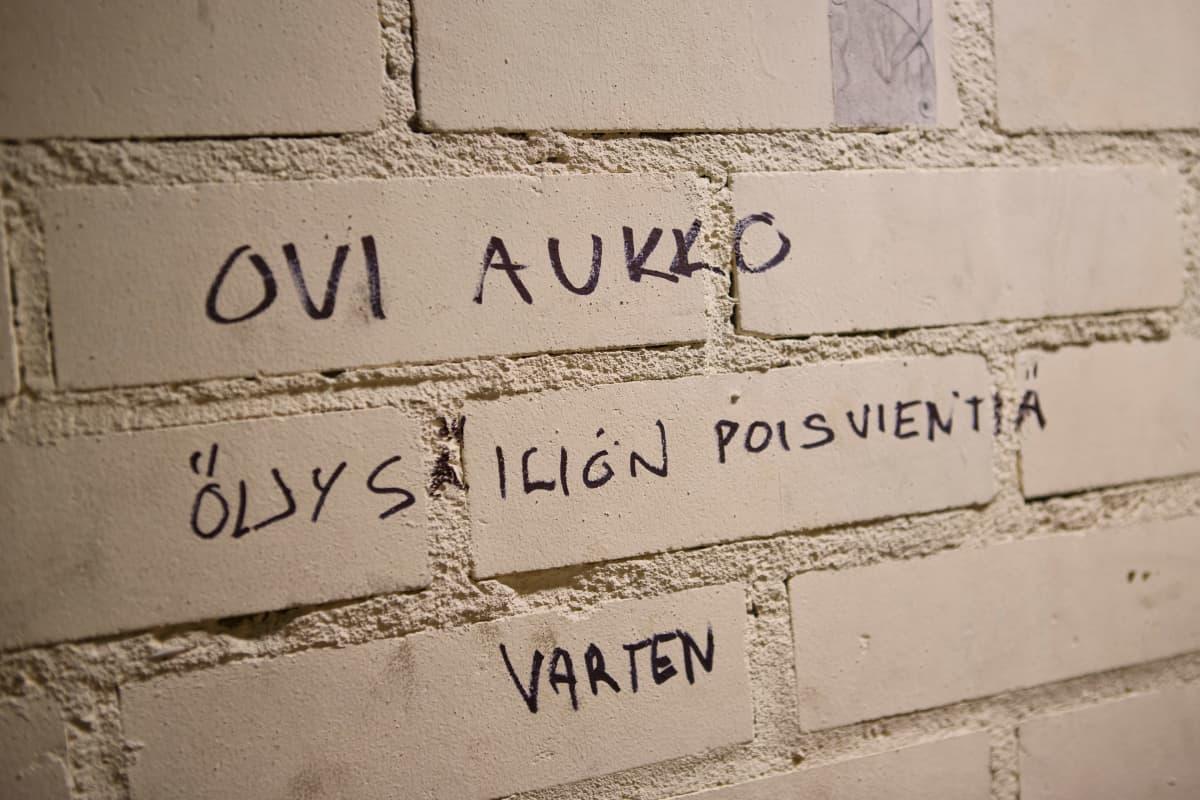 Mika Sares on kirjoittanut autotallin seinäänsä ohjeen, mistä kohtaa vanha öljysäiliö viedään pois.
