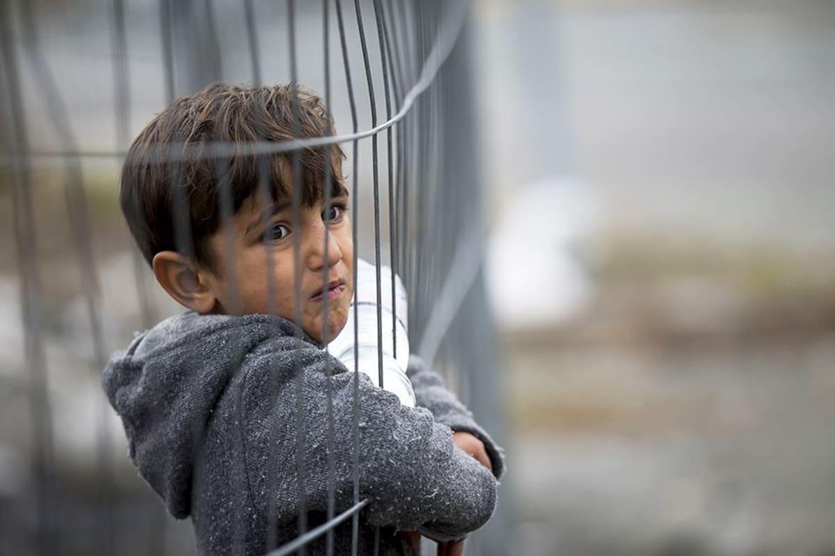 Syyrialainen poika Itävallan ja Slovenian välisellä rajalla.