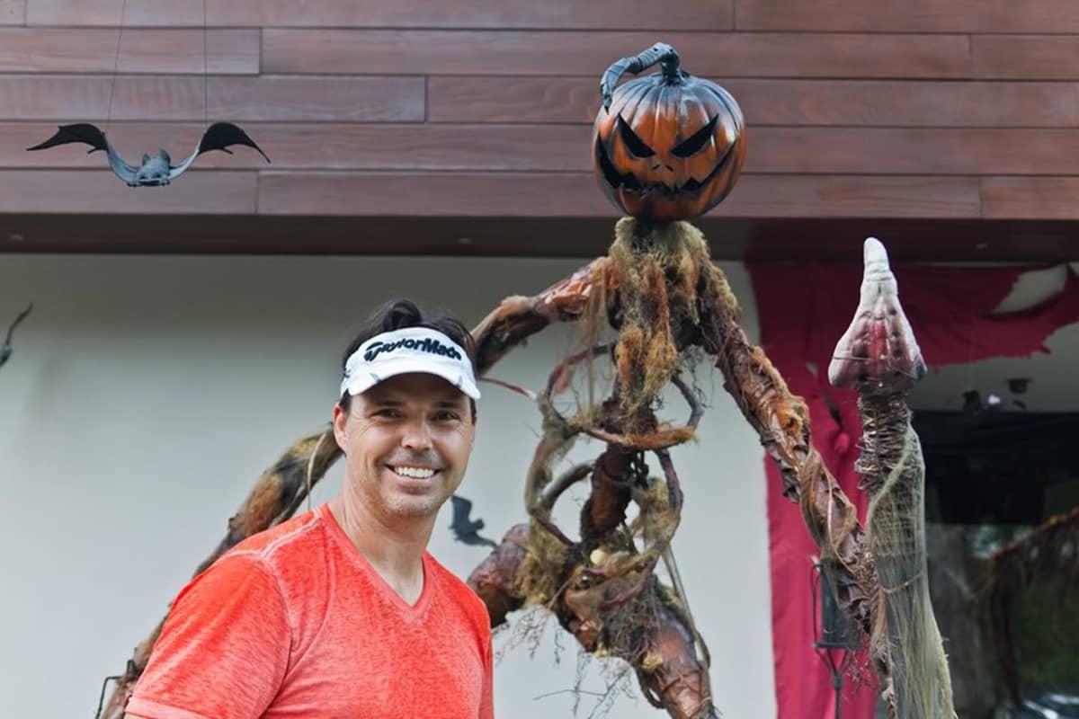 Brooks Utley poseeraa halloween-koristeiden vieressä Los Angelesissa.