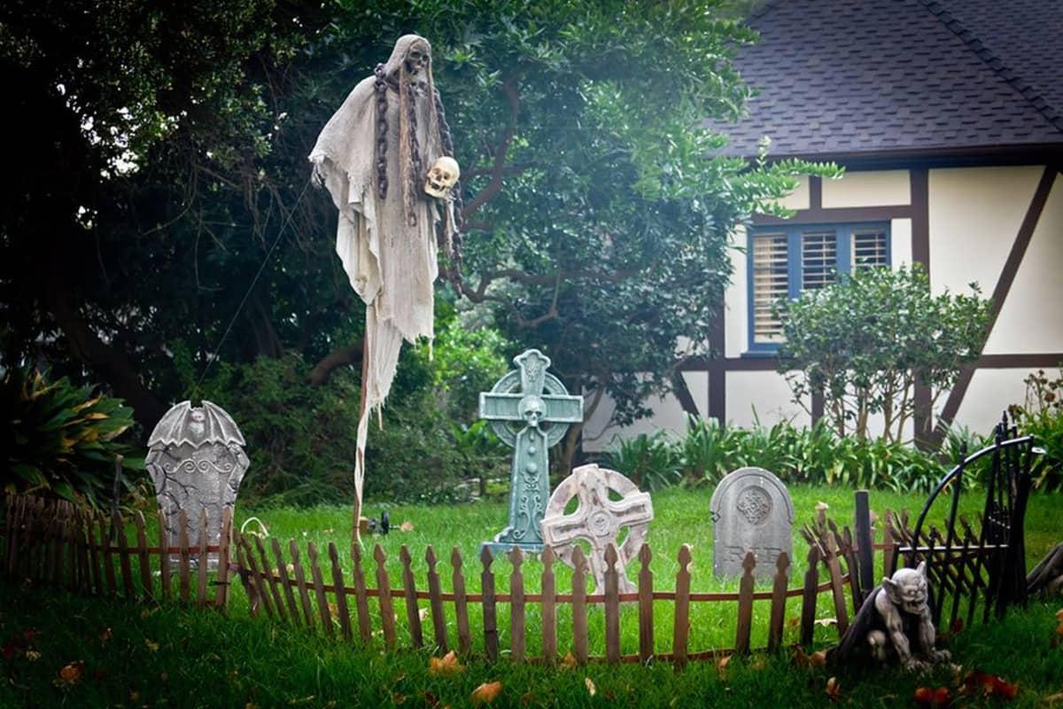 Halloween-koristeltu piha Toluca Lakessa Los Angelesissa.